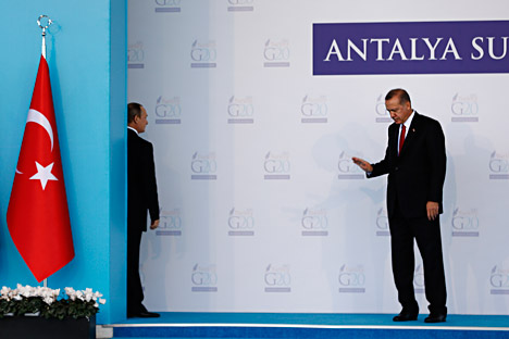 Le présiednt russe Vladimir Poutine (à gauche) tourne le dos à son homologue turc  Recep Tayyip Erdogan lors de la cérémonie d'accueil des dirigeants de G20 à Antalya (Turquie) le 15 novembre 2015.