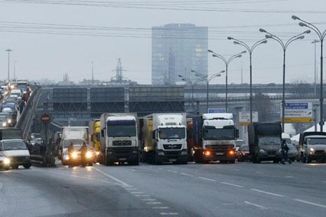 Un policier bloque la circulation sur l'autoroute périphérique de Moscou (MKAD) le 4 décembre 2015.