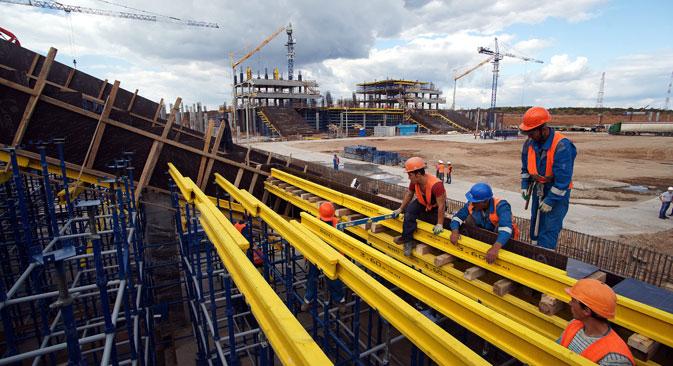 Lavori in corso allo stadio Cosmos Arena di Samara che ospiterà i Mondiali di calcio del 2018.