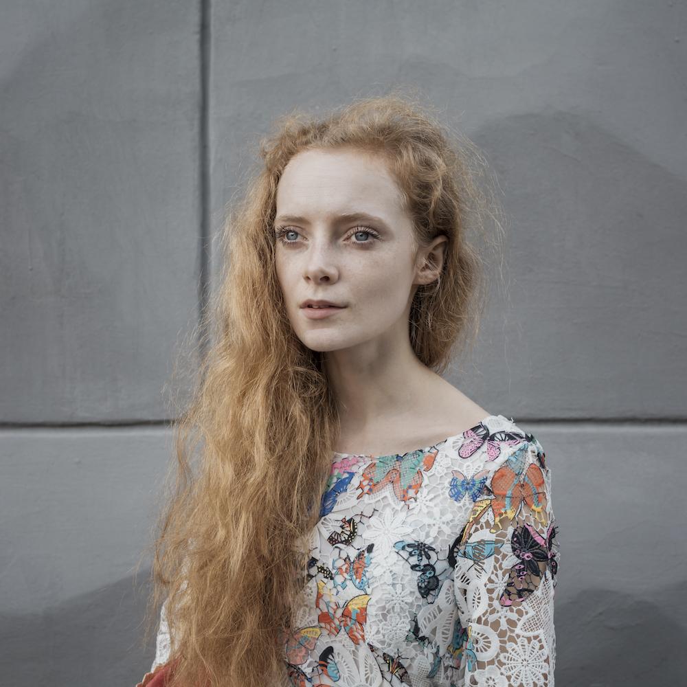 「しかし、彼女の全存在には強力で大胆な何か、衝動的で熱烈な何かがあふれ出ていた。彼女の脚と手は小さく、柔軟ながらも引き締まった身体は、16世紀のフィレンツェの彫像を彷彿とさせ、その振る舞いには上品な自然さがあった」(『処女地』のマリアンナ・シネツカヤ、1877年著)