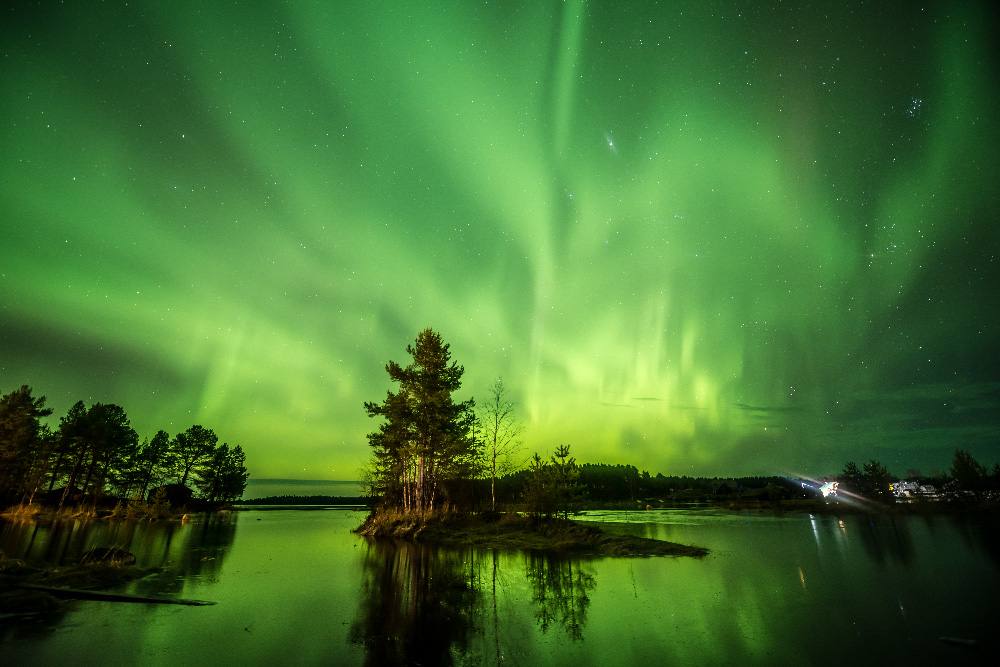 カレリアはロシアの極北で、冬が半年近くも続き、12月中は太陽が水平線上に昇ることがほとんどないという場所だ。だが、この極寒と暗闇の王国には、世界を輝かしくするあるものが存在する。壮麗な北極光だ。