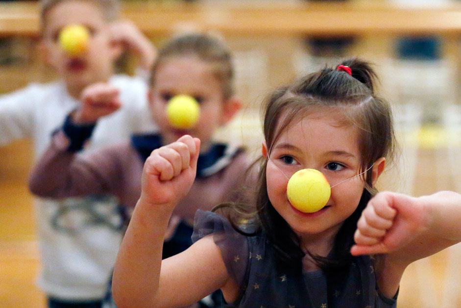 Деца со кловновски носови танцуваат во Детската градинка бр. 1 во Ростов на Дон, Русија.