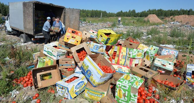 Los tomates confiscados en la frontera entre Rusia y Belarús son destruidos en el relleno sanitario cerca de Gúsino, región de Smolensk.