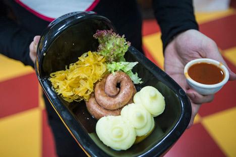 Statt aus einer Schüssel muss man aus einem Mini-Klo im Crazy-Toilet-Café essen.