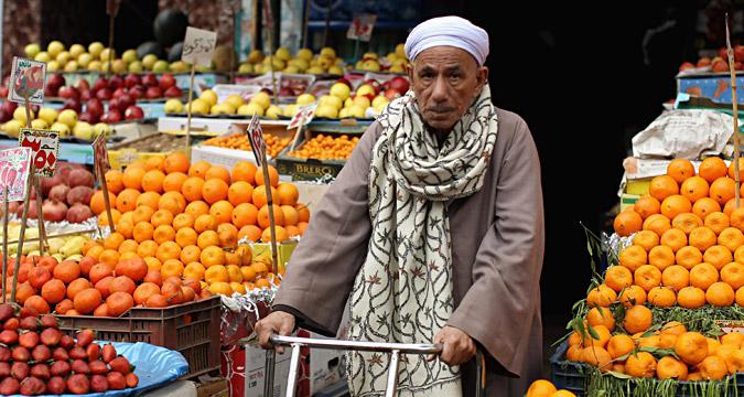 Un mercato al Cairo, in Egitto. Nei prossimi mesi i prodotti egiziani potrebbero finire sugli scaffali dei supermercati russi, al posto della frutta e della verdura proveniente dalla Turchia.