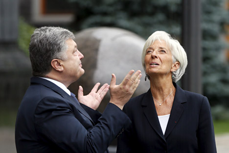 Ukrainian President Petro Poroshenko welcomes IMF Managing Director Christine Lagarde ahead of their meeting in Kiev, Sept. 6, 2015.