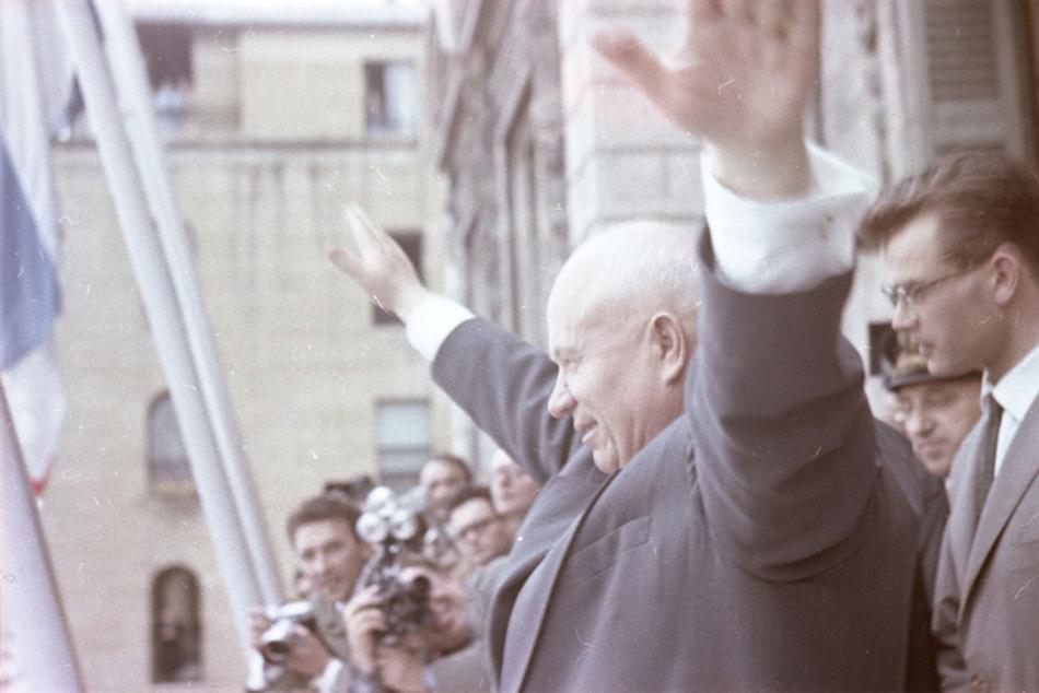 Centar za fotografiju Braća Lumiere predstavlja fotografsku izložbu Savinovog djela ''Bit će to hladna zima'', koja tematizira vrijeme i duh ''hladnih'' ranih 60-ih godina 20. stoljeća. Izložbom se obilježava stogodišnjica rođenja fotografa./Nikita Hruščov (Prvi sekretar Komunističke partije Sovjetskog Saveza od 1953. do 1964.), Marseille, 1960.