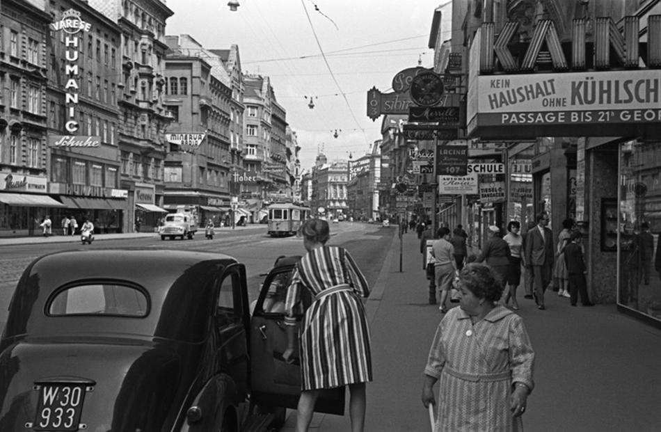 Mihail Savin je rođen 1915. u Sasovu, regiji Rjazan. Radio je kao crtač u tvornici a potom je postao tokar. Nakon služenja u Crvenoj armiji od 1937. do 1938., upisao je tečaj novinarske fotografije u agenciji TASS. Tu je i počeo raditi kao fotograf u 1939., Beč, 1960.