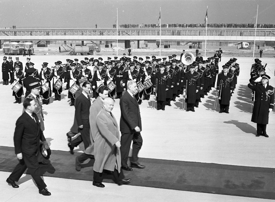 Izložba traje do 24. siječnja 2016. Centar za fotografiju Braća Lumiere, Moskva, Bolotnaja naberežnaja, 3., zgrada 1/Nikita Hruščov stiže u Pariz, ožujak, 1960.