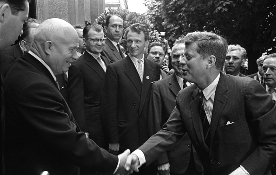 Naziv izložbe je referenca na Kennedyjeve riječi koje je izgovorio nakon susreta s Hruščovom, na samitu u Beču u lipnju 1961./Susret Hruščova i Johna F. Kennedyja u Beču, lipanj 4., 1961.
