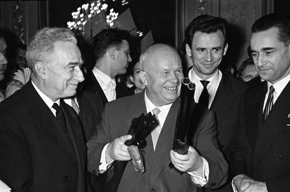 Kennedyjeve riječi ''Bit će to hladna zima'' obistinile su se već za dva mjeseca: u kolovozu 1961. podignut je Berlinski zid, simbol Hladnog rata./Hruščov daje svoj poklon u gradskom poglavarstvu, u Bordeauxu, Francuska, 1960.