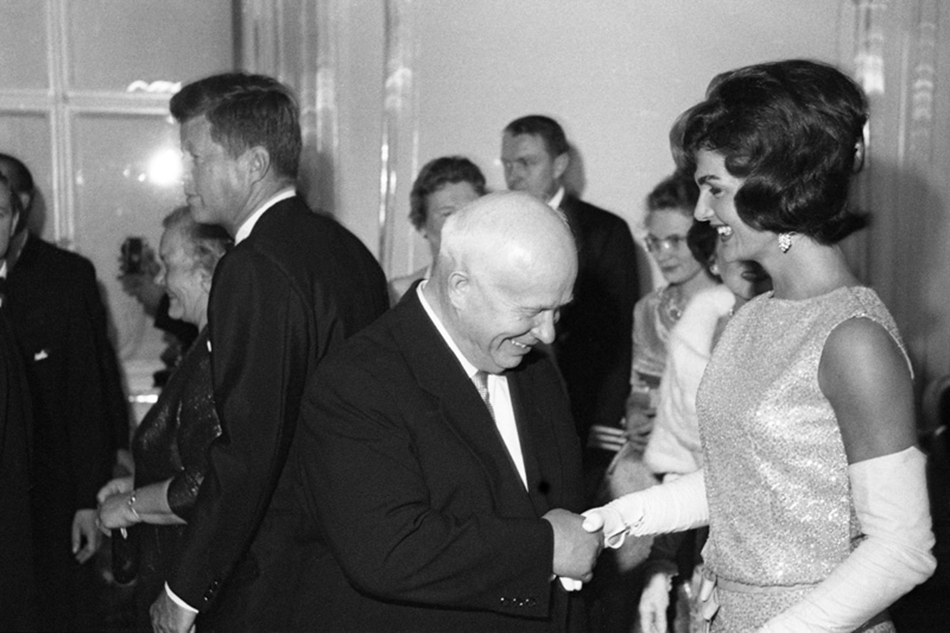 Daleko od službenih kamera koje su pratile razgovore samita, arhiva fotografa prikazuje vesele trenutke kao onaj kad je, recimo, Hruščov zbunjeno pozdravio predivnu Jacqueline Kennedy./Nikita Hruščov i Jacqueline Kennedy u Beču, 1961.