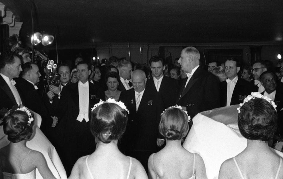 Na izložbi se isto mogu vidjeti fotografije europskih sastanaka, tadašnji materijali za konferencije, Hruščovljevi memoari, Savinove dnevničke bilješke./Nikita Hruščov i Charles de Gaulle posjećuju parišku Operu.