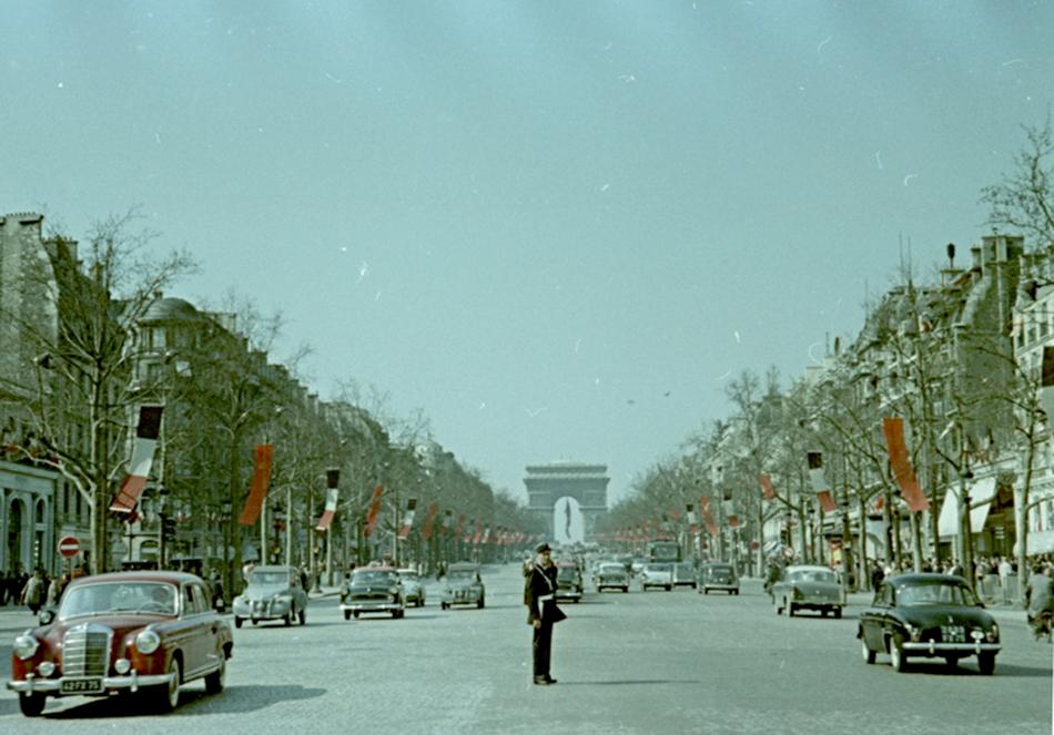 Bez obzira na činjenicu da je privatna cenzura htjela da se snime mane kapitalističkog sustava, Savinov Beč, Pariz, Verdun, Arles, Bordeaux su jako romatični, duhom slobodni./Paris, 1960.