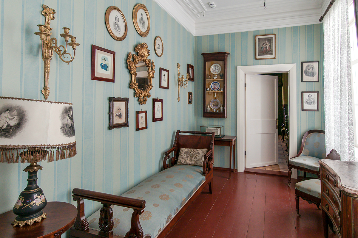 Most of them are memorial and once belonged to the owners of the estate and their relatives. It contains one of the richest collections of furniture in Russia, a great variety of art materials, and a large memorial library with more than 90,000 books.