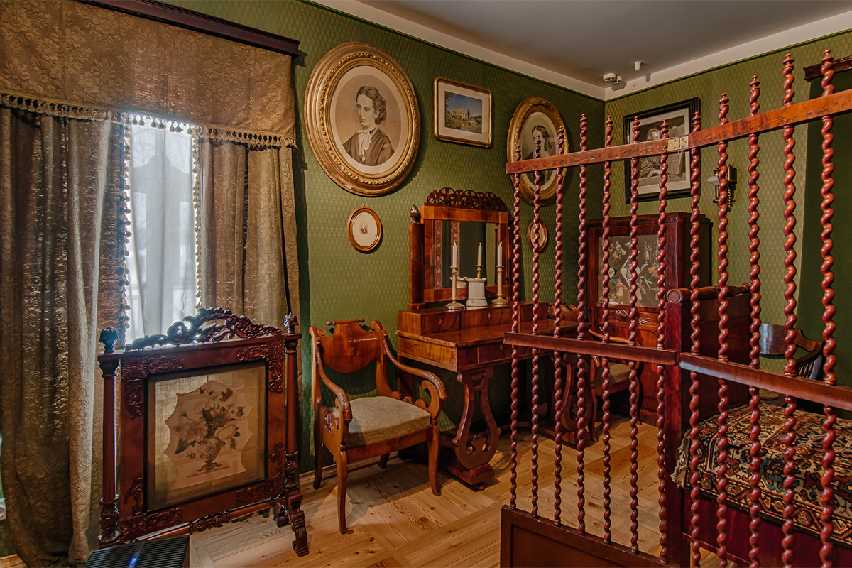 Fyodor Tyutchev died in 1873 at Tsarskoye Selo Estate (24 km from St. Petersburg). The green bed, on which he spent the last minutes of his life, was brought to Muranovo Estate and now is situated in the green bedroom.