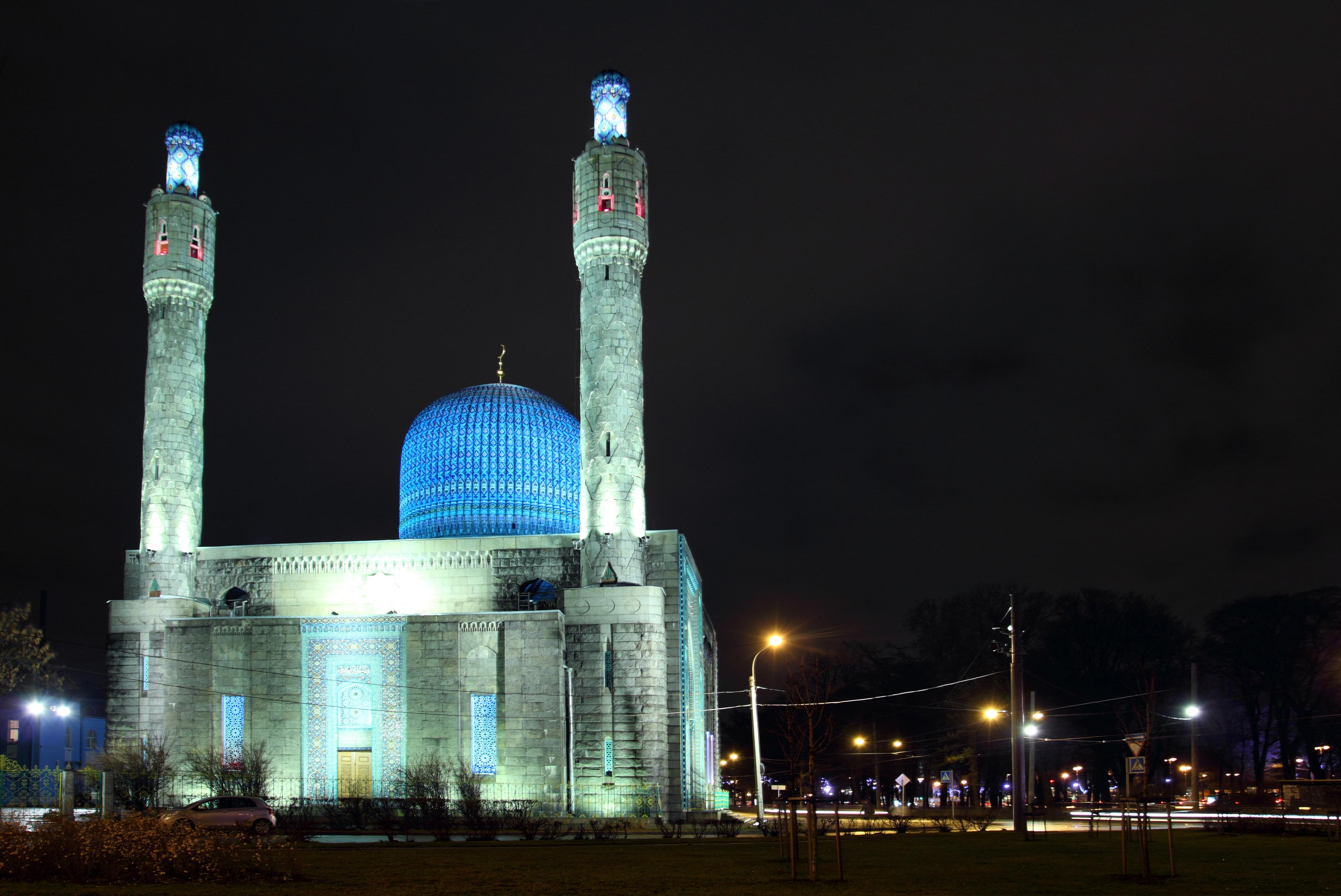 Masjid Biru didirikan pada 1910 di Pulau Petrogradsky, pulau terbesar ketiga di Sungai Neva di Sankt Peterburg. Kubah masjid hampir sama dengan makam Tamerlane di Samarkand, Uzbekistan. Sumber: Lori