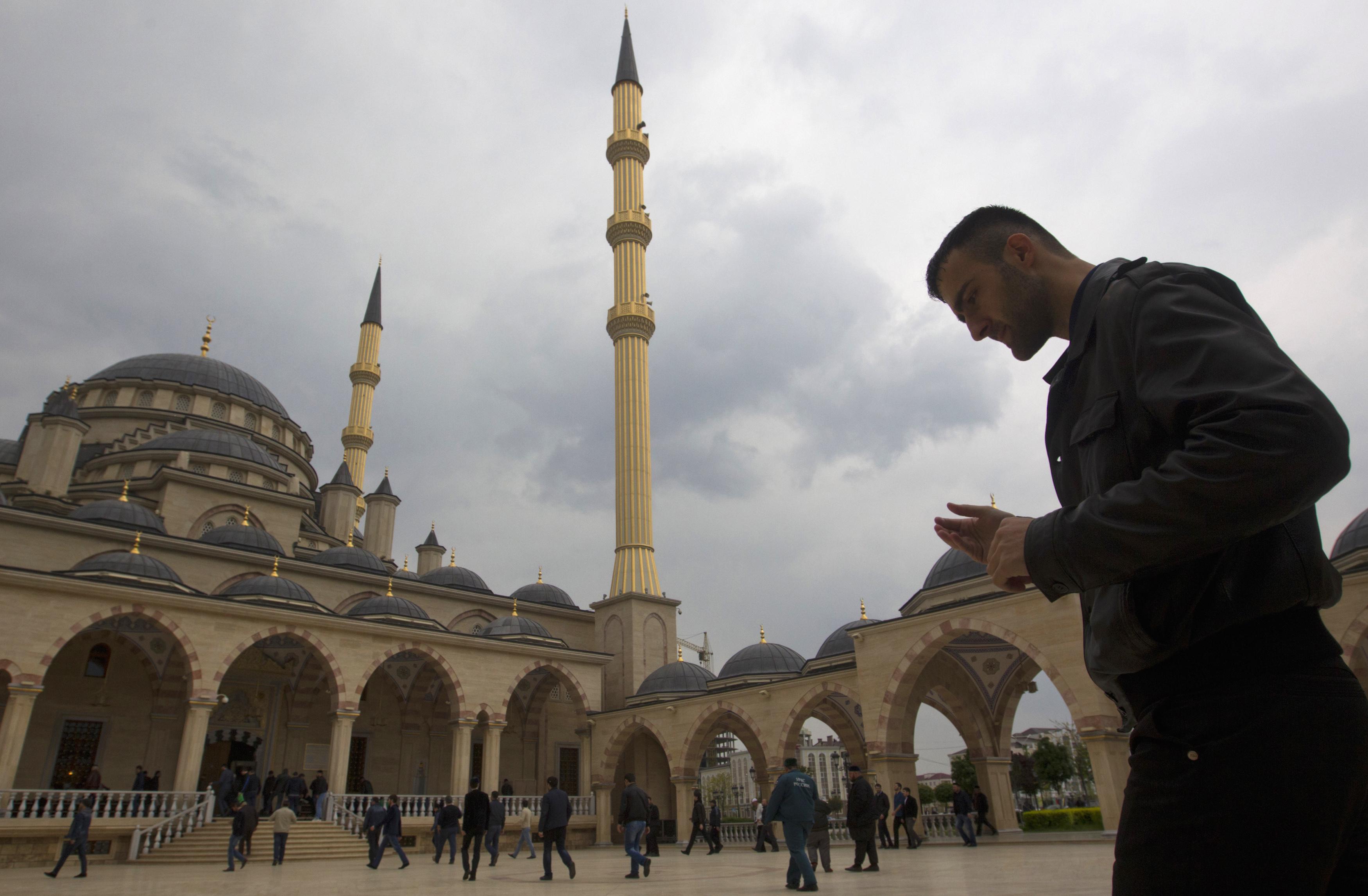 Masjid Jantung Chechnya, yang diberi nama dari nama presiden pertama Republik Chechnya, Akhmat Kadyrov, dibangun dengan gaya Turki. Sekilas, masjid ini tampak menyerupai Masjid Biru di Istanbul. Masjid ini juga memiliki kamera yang dipasang di luar masjid dan disiarkan setiap saat.