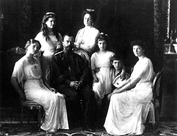 Tsar Nicholas II (1868-1918), the last emperor of Russia, in 1914, with his wife Alexandra and his children Olga, Tatiana, Maria, Anastasia, and Alexei. The Romanovs became victims of the 1917 Russian revolution. Inbreeding was common among royal families. Foto: Getty Images