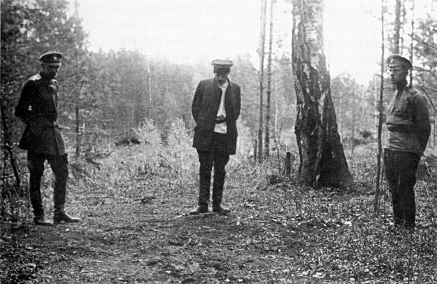 Ganina Yama (Ganya's Pit). Investigator Nikolai Sokolov at the site of a bonfire. Foto: Archive photo