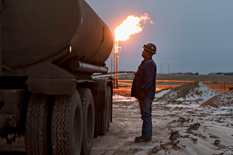 Experts say that rise in U.S. interest rate and oil exports threaten Russia's economy.