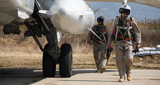 Para pilot Rusia di dekat pesawat Su-24 sebelum menjalankan misi, di pangkalan udara Hmeimim, Suriah.