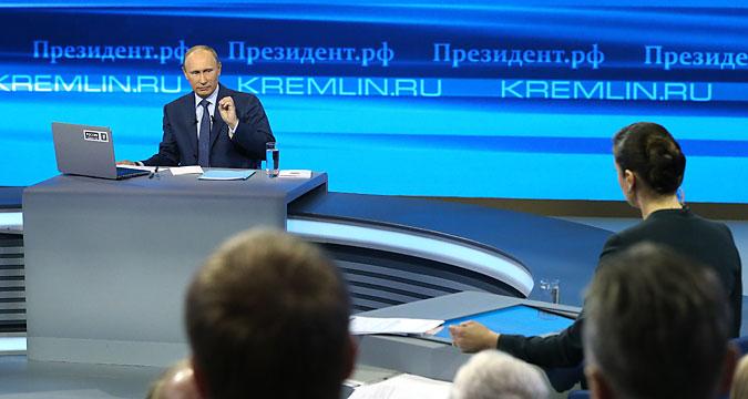 Il Presidente russo Vladimir Putin risponde alle domande dei giornalisti.