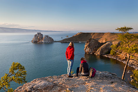 Aumenta in Russia il turismo interno. In questa foto, alcuni turisti sul Lago Bajkal.