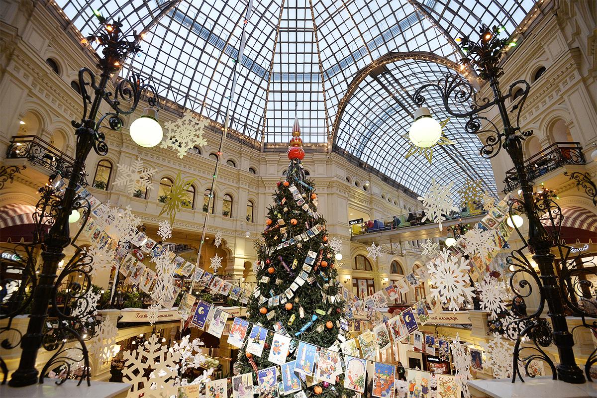 В навечерието на Нова година и Коледа градският пейзаж се променя. Познатите улици и търговски центрове се трансформират до неузнаваемост, като в приказка. / ГУМ