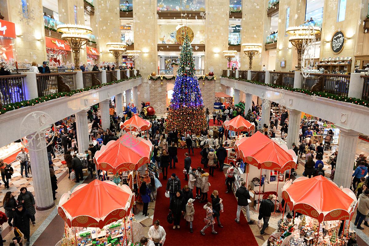 ルビャンカ広場にある大規模な子ども向けの店舗「子どもの世界 (デーツキー・ミル)」は、一年中がおとぎ話の世界の雰囲気でいっぱいだ。だが、今の季節は一段ときれいに見える。