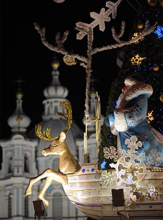 新年はロシア中にあっという間に広まる。ファーザー・フロスト (ジェド・マロース、ロシア版のサンタ) はすでにロシアの「北の首都」サンクトペテルブルクに来ている。