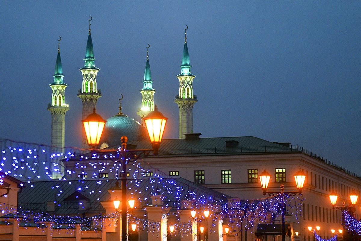 冬休みのデコレーションで飾られたカザンのクル・シャリフ・モスク。