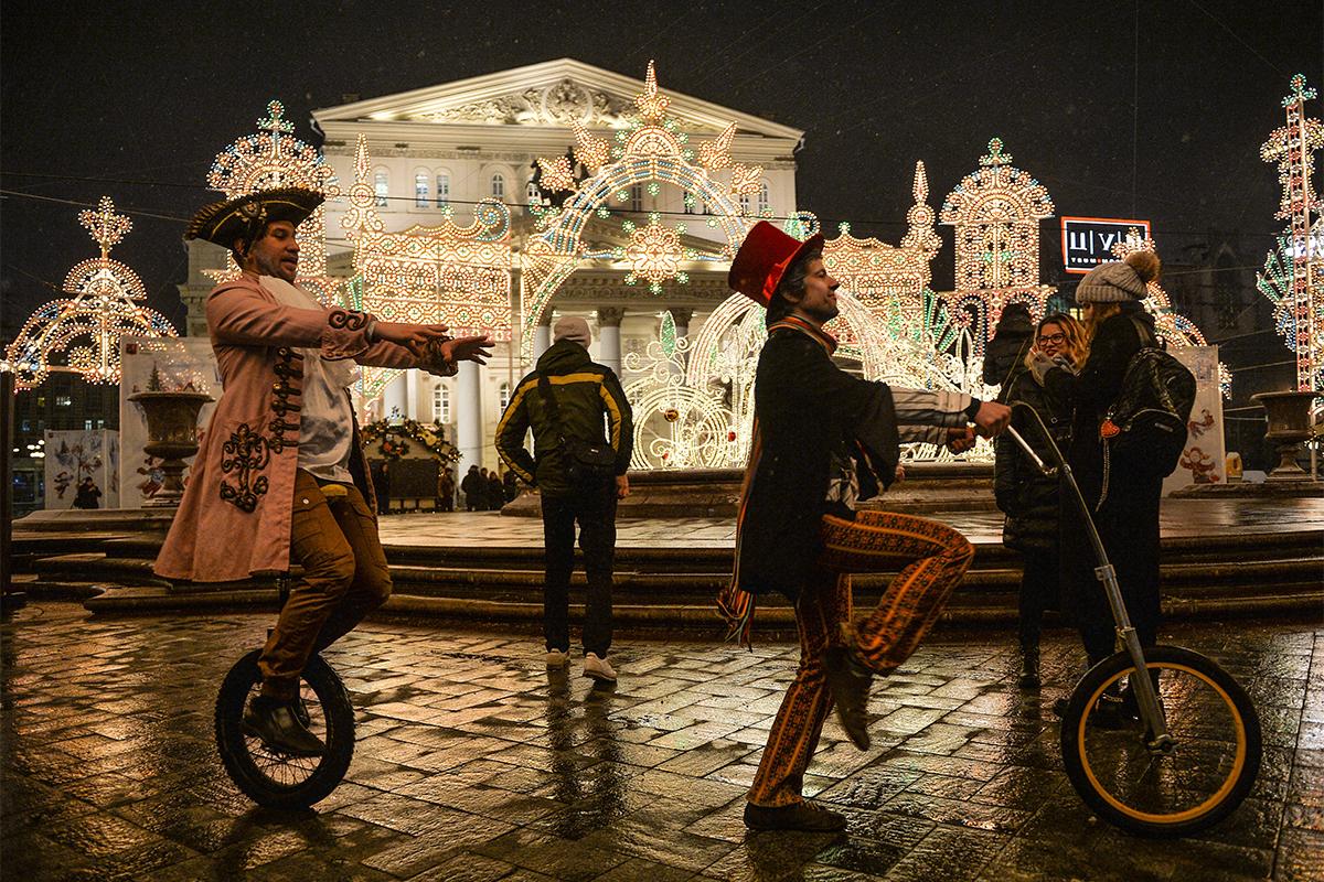 イタリア人の、光を使ったインスタレーションの芸術家、ヴァレリオ・フェスティによる作品「冠」が、ボリショイ劇場前のテアトラルナヤ広場のクリスマス・光の祭典の一環として除幕された。