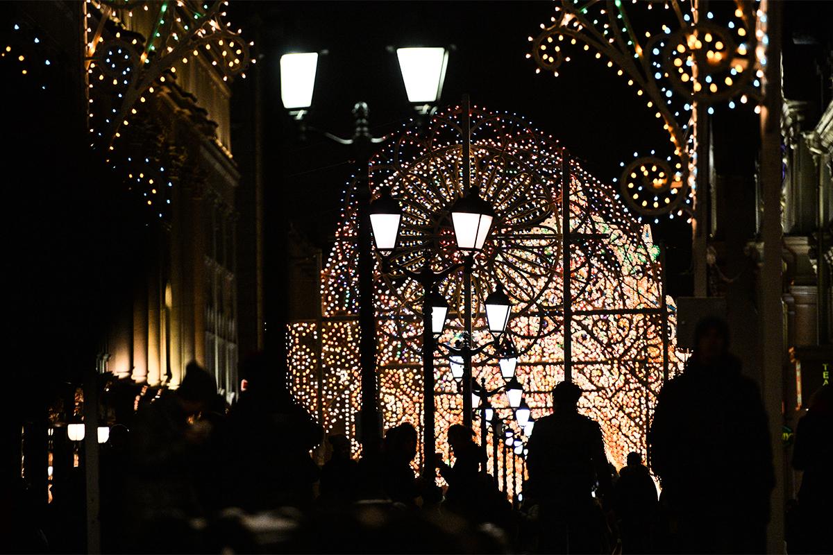 ロシア、イタリア、フランスやカナダからの芸術家チームが、大規模な光のインスタレーションでモスクワの通りや広場を装飾する。