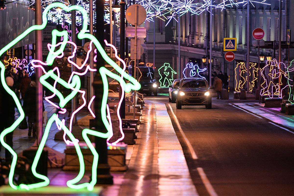 """Ежедневният живот е украсен във всички цветове на дъгата с тези танцуващи фигури на ул. """"Болшая Дмитровка"""" в центъра на Москва."""