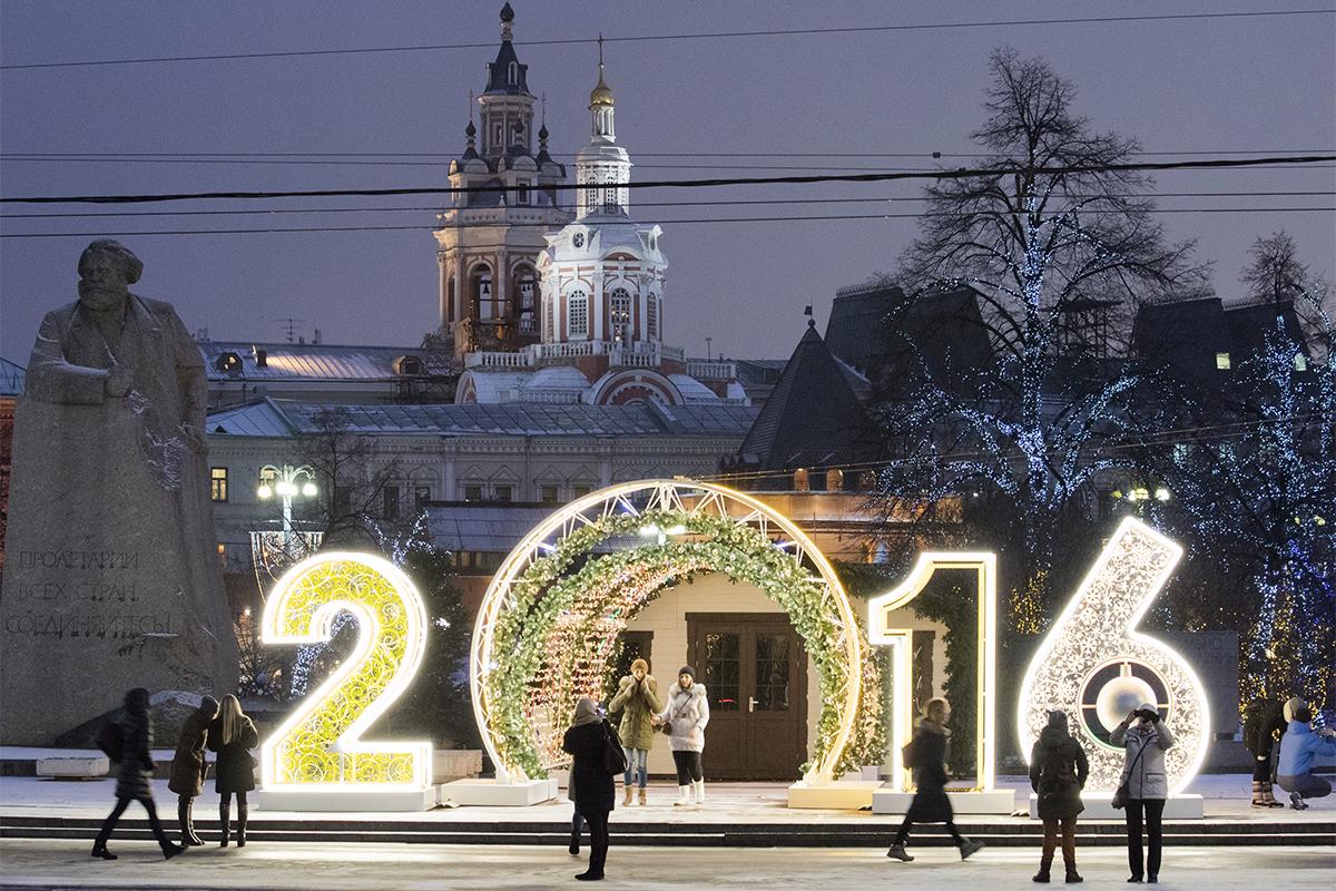 劇場広場ではカール・マルクス像の横に「2016」のイルミネーションが並ぶ。
