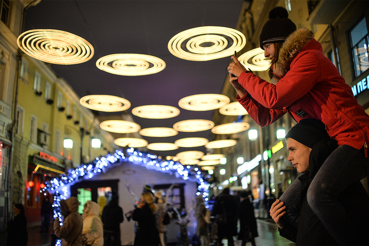 クリスマスの装飾、甘菓子や土産品が販売されているモスクワのニコリスカヤ通りの小屋。