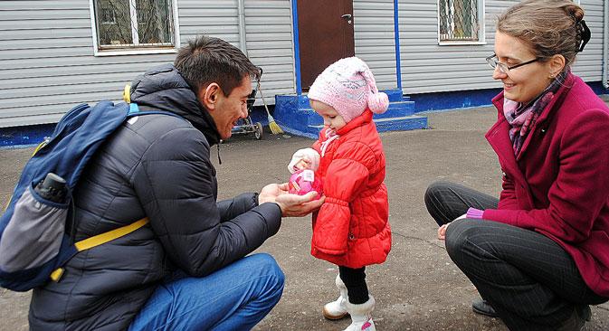 Julia und Alik Bejssenow, ein russischsprachiges Paar aus Deutschland mit drei leiblichen Kindern, haben Elja adoptiert.