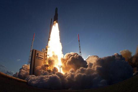 Lancement d'une fusée portant deux satellites, Eutelsat 25B/ Es'hail1 (France/Qatar) et GSAT-7 (Inde), depuis le cosmodrome de Kourou le 30 août 2013.