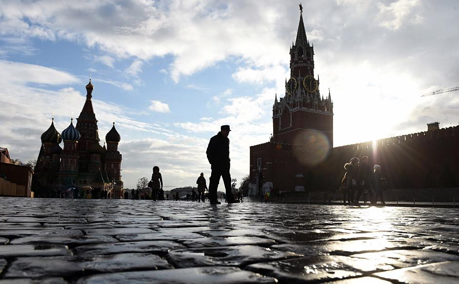 """Хора вървят по Червения площад, на фона на църквата """"Св. Василий Блажени"""" и Спаската кула. Температурата на въздуха в Москва достигна +6°C, като климатичната норма в края на декември е -7°C."""