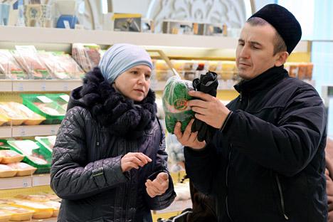Dua orang pelanggan di Bakhetle, supermarket halal pertama dari Kazan, di Staro-Tatarskaya Sloboda.