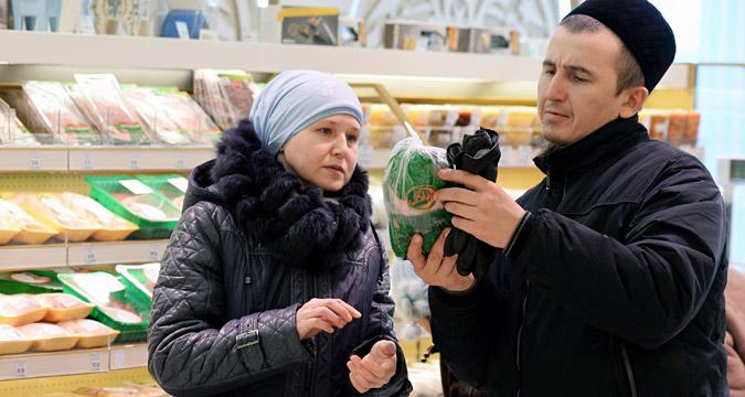 Customers in Bakhetle, the first Halal supermarket of Kazan, in Staro-Tatarskaya Sloboda.