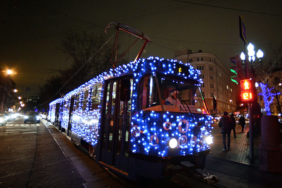Christmas tram with glimmering LED lights started making round trips in Moscow on Route 39, from Chistoprudnyi boulevard to metro station Universitet.
