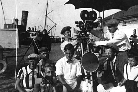 Serguéi Eisenstein (1898 - 1948) rodando 'El acorazado Potemkin' con directores de fotografía Vladímir Popov y Eduard Tisse (1897 - 1961) y actor Grigori Aleksándrov (1903 - 1983), 1925.