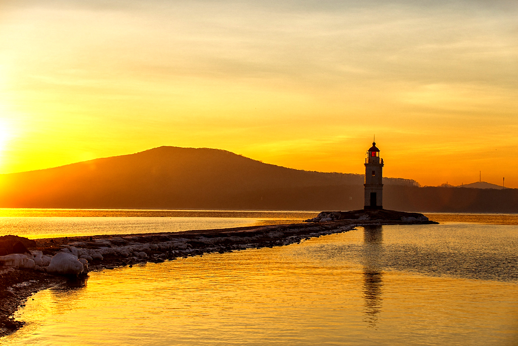 Le phare Tokarevski est considéré comme la fin du continent et le début de la mer bordant l'océan Pacifique. Construit en 1876, il est l'un des plus anciens phares d'Extrême-Orient.