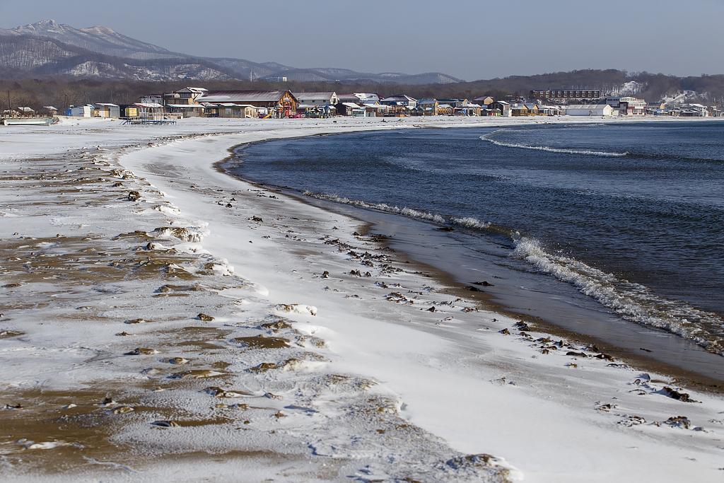 La baie Lazournaïa se situe sur le golfe Oussouriïsk, en mer du Japon. Elle compte trois kilomètres de côtes, abritant pensionnats et centres de loisirs.
