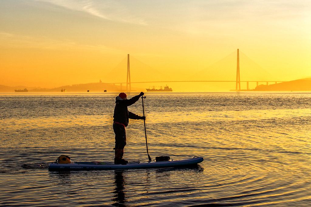 Surfer. Le Sup-surfing est de plus en plus populaire à Vladivostok. La baie de Sobol est considérée comme l'un des meilleurs endroits pour le pratiquer.