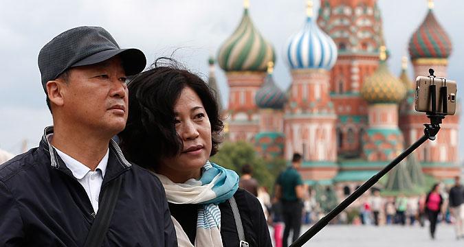 Moscou, Russie, 15 juillet 2015. Des touristes se prennent en photo sur la place Rouge.