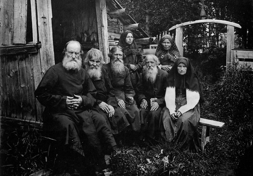 Maxime Dmitriev (1858–1948) réalisa quelques clichés rares en Russie à la fin du XIXe siècle. Il captura la vie 20 ans avant la révolution de façon très moderne, montrant les habitudes et les occupations de la population. Ces photos offrent une vision rare et fascinante de la vie russe il y a près de 100 ans, sous le règne de Nicolas II. / Vieux-croyants.