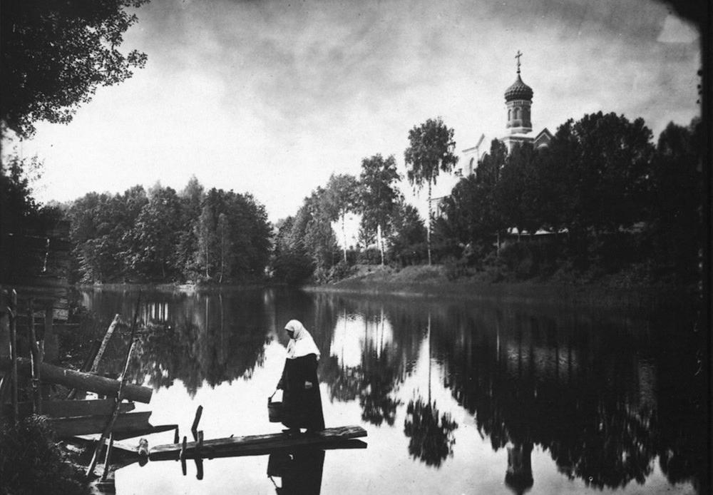 Le couvent Serafimo-Ponetaïevski. Vue de l'église et du lac voisins.